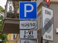標識が立つおしゃれな街角