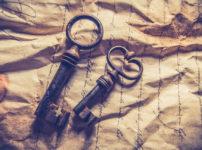 ペアの古びたアンティークの鍵