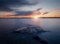 干上がった湖に浮かび上がる孤島