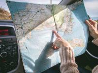 車の中で地図を指さす女性