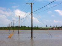 電線が通っている水辺