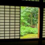 窓の隙間から見える中庭