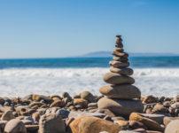 海岸沿いに積み上げられた石