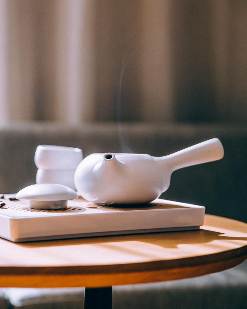 白い急須に入れられたお茶から立ちのぼる湯気