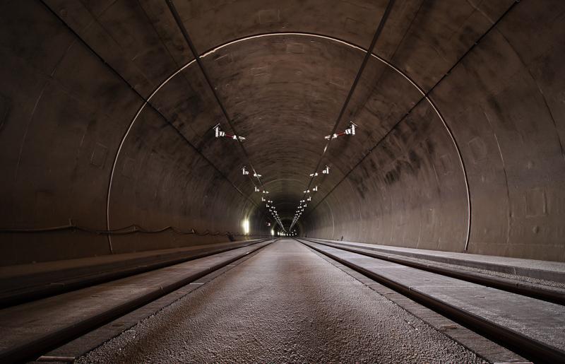奥が見えない灰色のトンネル