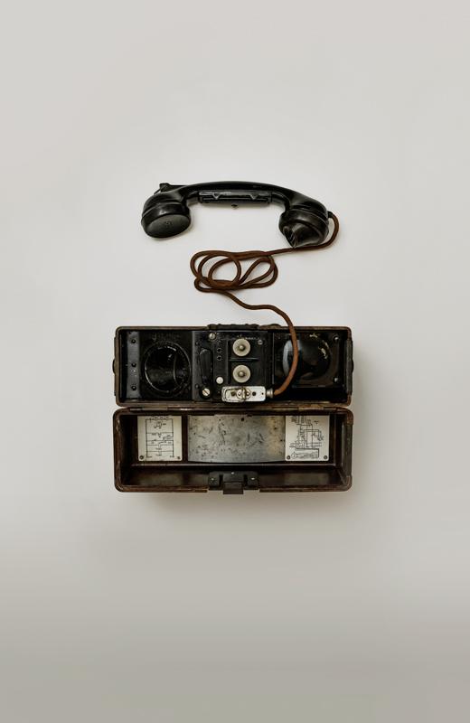 古そうな変わった形をした黒電話