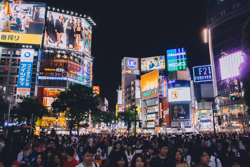 看板のネオンが眩しい夜の東京渋谷スクランブル交差点