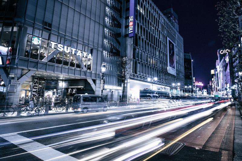 渋谷の街中を通り過ぎる車のライト