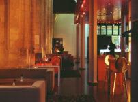 暖色系の家具がお洒落な海外のカフェ
