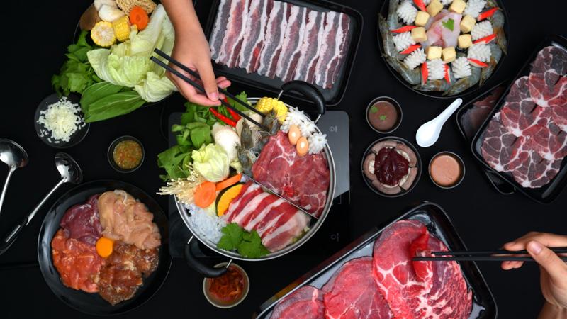 何枚もの皿に並べられた焼肉用の肉と野菜