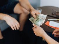 お金を渡す女性と受け取る男性