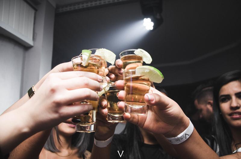 ライムが付けられたグラスを持ち乾杯する人々