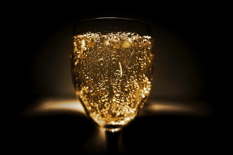 多くの炭酸の泡が立ち上るグラスに入ったお酒